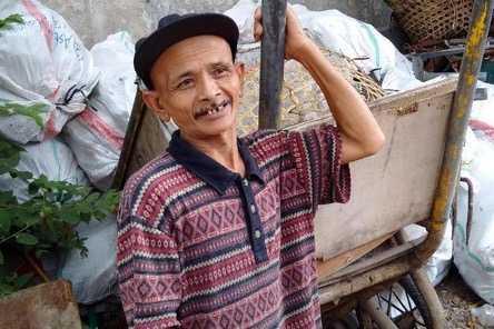 Jubaidi ,Tukang Sampah yang jujur.Sumber foto: detiknews
