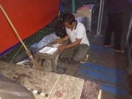 Kang Yana pedagang nasi kuning di Sungailiat ( foto Rustian)