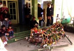 Kerbau yang telah disembelih disiapkan di depan rumah Pak Mudjianto, Kepala Desa Ngadas