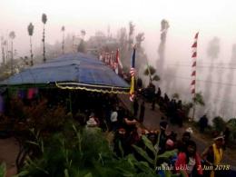 Perayaan Waisak di Pelataran Bawah Sanggar Pasembahan Vihara Paramitta, Ngadas