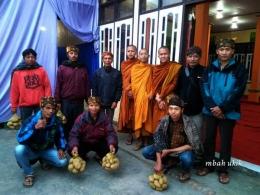 Pemuda / panitia yang siap memberikan buah tangan bagi bikkhu dan tamu.