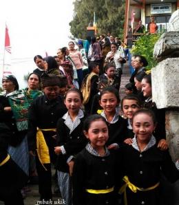 Anak-anak yang siap mengikuti upacara di Sanggar Pasembahan Vihara Paramitta