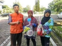 Bu Atun dan Bu Maimunah, petugas kebersihan di Kampus USU yang merima parcel lebaran dari relawan (dok. Relindo Sumut, 8 Juni 2018)