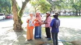 Pembagian parcel lebaran untuk petugas kebersihan di Kampus USU Medan oleh relalwan dari mahasiswa (dok. Relindo Sumut, 8 Juni 2018)