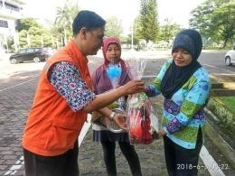 Pembagian parcel lebaran untuk petugas kebersihan di Kampus USU Medan (dok. Relindo Sumut, 8 Juni 2018)