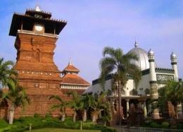 Menara Mesjid Kudus. Sumber: aswajanucenterjatim.com