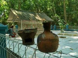 Makam Ratu Syarifah Fatimah dan bekas bakaran dupa serta kendi para peziarah di Pulau Edam