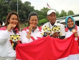 Dinda dan tim Indonesia saat meraih medali perunggu di SEA Games 2017/foto instagram.com/delliedinda
