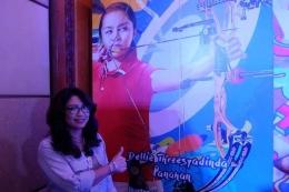 Lilies Handayani berpose di depan gambar puterinya, Dellie Threesyadinda/ foto dari Kompas.com