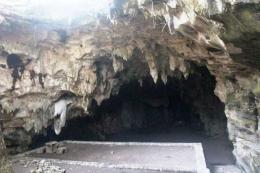 Batur di halaman pertama goa berhiaskan stalagtit