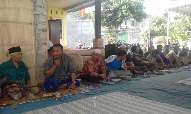 Kepala Desa Suela, Lombok Timur, NTB Rosyidi membuka acara silaturrahim