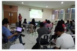 Penulis sedang memberikan pelatihan di gedung FK UKI untuk PAKSU