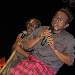 (Dokumentasi Abidin Wakur dalam sebuah pertunjukan teater di desa Bonto Salama Sinjai)