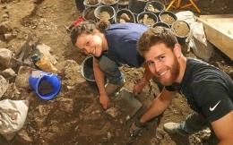 Arkeolog sedang ekskavasi di lapangan (www.jns.org)