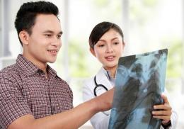 Pasien sedang berkonsultasi dengan dokter, ilustrasi. Sumber. Alodokter.com