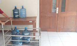 Deskripsi : Pengelolaan air Minum dilakukan oleh Instalasi Gizi, IPRS, Halmahera House dan Pasien sendiri I Sumber Foto : dokpri