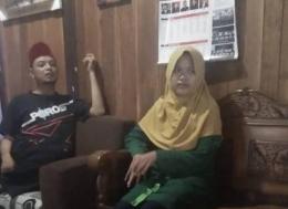 Widi didampingi Waluyo, kakak iparnya (foto: dok pri)