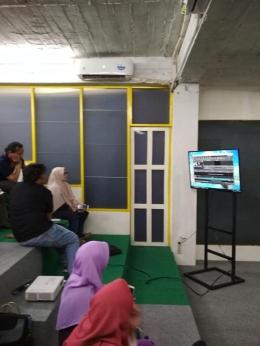 Yon Bayu Sedang Mempraktikkan Pembuatan Video [Foto: Dok Click]