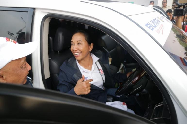 Menteri BUMN, Rini Soemarno sesaat sebelum Ekspedisi mengecek langsung kelayakan kendaraan di Waru Gunung, Surabaya [Foto: Dok Pri]