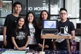 Yumeling (tengah, berbaju warna putih) bersama teman kelompok pembuat meja 'Melisa' dalam Product Design Exhibition UPH (dokpri)