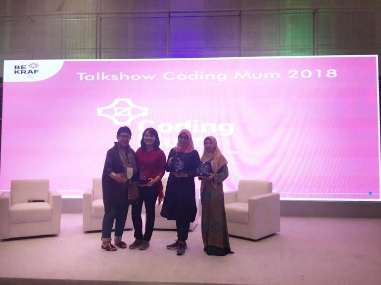 Penghargaan untuk 3 coding mum terbaik diberikan oleh ibu Poppy Savitri Direktur Edukasi Kreatif Bekraf yang mengawal Coding Mum sejak awal/Dokpri