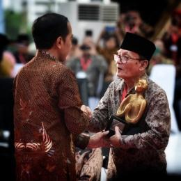 Yai Zawami Imron menerima penghargaan kebudayaan dari Presiden Jokowi di acara penutupan Kongres Kebudayaan Indonesia 2018.| Dokumentasi Feri Latief (twitte @feri_latief)