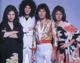 Queen berbusana Jepang (dangerousminds.net)