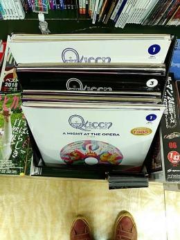 Vinyl Queen (sudah ada 3 album) yang dijual di toko buku dekat rumah (Dokumentasi Pribadi)
