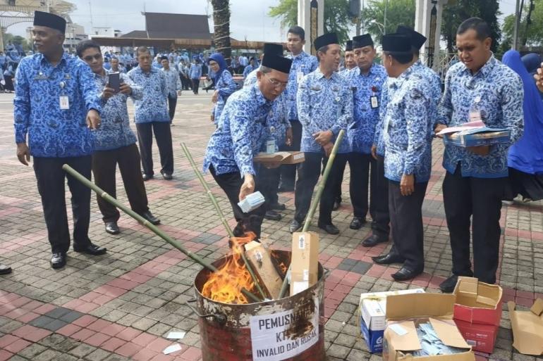 Pemusnahan E-KTP dipimpin langsung oleh Wakil Wali Kota Banjarmasin - Hermansyah