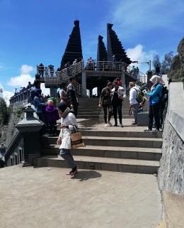 Empat pilar tugu Brawijaya nampak dari belakang anjungan pandang