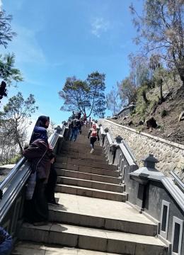 Anak tangga menuju Puncak Seruni Point
