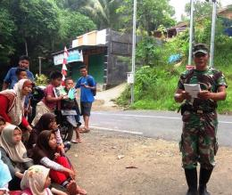 Ketika pak tentara membaca puisi di tepi jalan