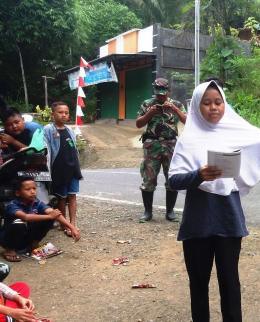 Khotiatun Rufaida membaca puisi di panggung kreasi tepi jalan