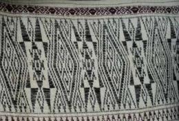 Detil motif beruang, anting, dan biji ketimun pada kepala ulos Batak jenis Jugia (Sumber: tribal textiles.info, koleksi Vera Tobing)