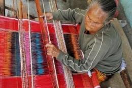 Siapa yang akan menggantikan tempat duduk nenek ini sebagai pemangku tenun ulos Batak? (Foto: missjunenews.com)