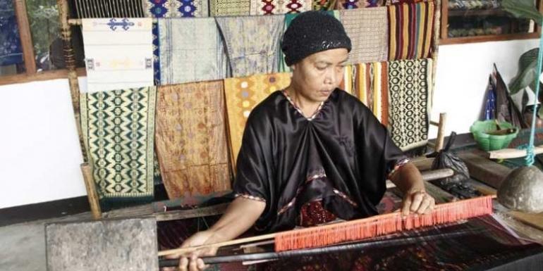 ilustrasi Penenun songket Desa Sukarara di Kecamatan Jonggat, Kabupaten Lombok Tengah, Nusa Tenggara Barat (NTB). (KOMPAS.COM/I MADE ASDHIANA)