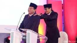 Sandiaga Uno memijat bahu Prabowo Subianto. (Foto: detik.com)