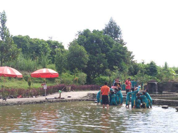 Suasana ketika anak-anak bermain di Kediri Eco Park (foto: Luana Yunaneva)