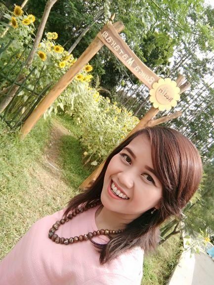 Saya pun tak ingin melewatkan kesempatan berswafoto dengan latar belakang kebun bunga matahari di Kediri Eco Park (foto: Luana Yunaneva)