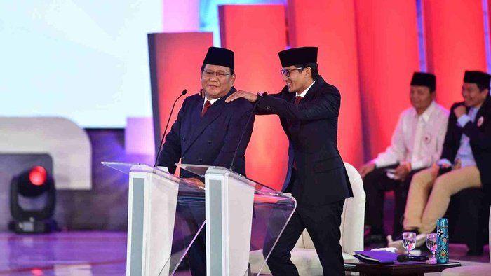 Capres nomor urut 02 Prabowo Subianto (kiri) dipijat pasangan cawapresnya Sandiaga Uno saat jeda Debat Pertama Capres & Cawapres 2019, di Hotel Bidakara, Jakarta, Kamis (17/1/2019). ANTARA FOTO/Sigid Kurniawan/foc.