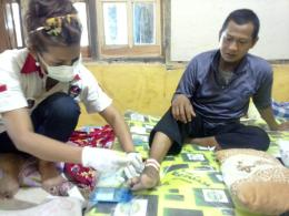 dr. Wendy Setiawati Ketua Umum Jokowers Jakarta saat memberikan layanan pengobatan Gratis di Ujung Genteng, Kecamatan Ciracap, Kabupaten Sukabumi, Rabu (01/11/2019). Foto: JJ/dok.