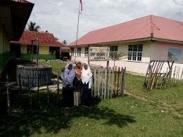 SMP Pasir Ganting (kiri bercat kuning hijau, dan SD Pasir Ganting (kanan, warna krem). Sebelumnya SMP ini satu atap dengan SD.