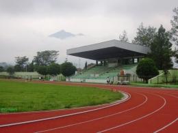 Lintasan di Stadion Kridangga berlatar Merbabu (dok pri)