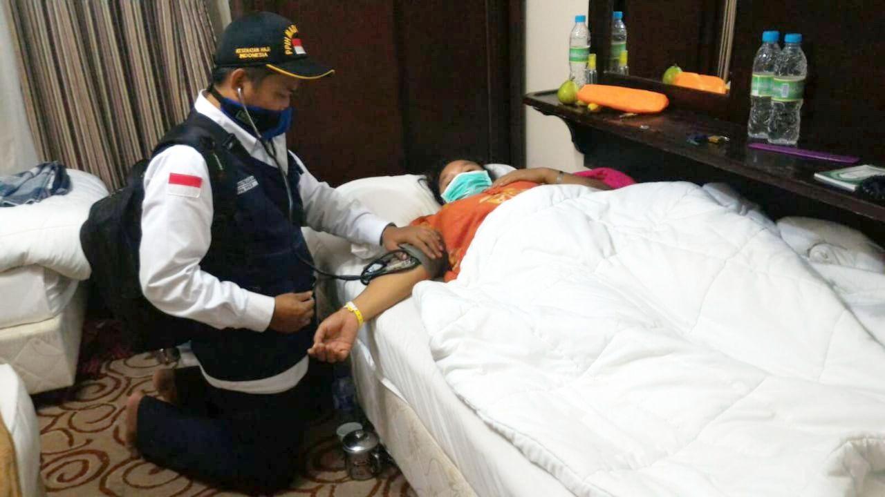 Deskripsi : Salah seorang TKHI dari RSKO Jakarta, Okta Mustikallah S.Kep melakukan pemeriksaan medis di Tanah Suci I Sumber Foto : dokri Okta Mustikallah