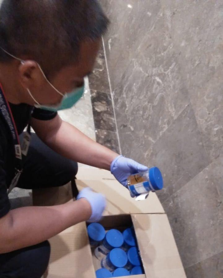 Deskripsi : Tenaga Kesehatan RSKO melaksanakan pemeriksaan sampel urine I sumber foto : dokpri RSKO