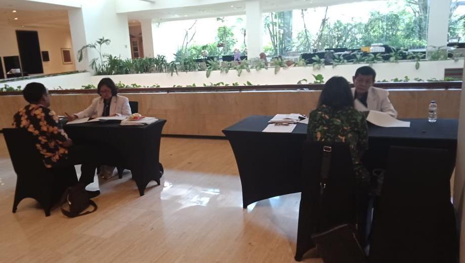 Deskripsi : tim dokter RSKO Jakarta sedang melaksanakan wawancara kepada calon TKHI I Sumber foto : dokpri