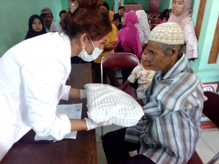 dr Wendy Setiawati Ketua Umum Jokowers Jakarta memberikan bingkisan kepada warga pada acara bakti sosial pengobatan gratis dan pemeriksaan gratis di Kecamatan Cisolok, Kabupaten Sukabumi dari 02-05 Februari 2019. Foto:JJ/dok.