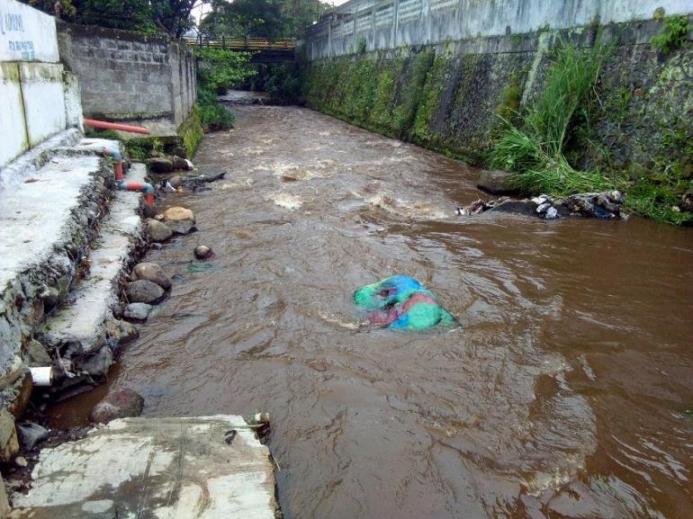 Dokpri. Tahun 80-an, disini tempat Ibu-Ibu mencuci Pakaian. Dengan air sungai yang masih tergolong bersih