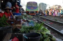 KRL Ciliwung melintas di Pasar Gaplok di Jakarta (ft. KAI)