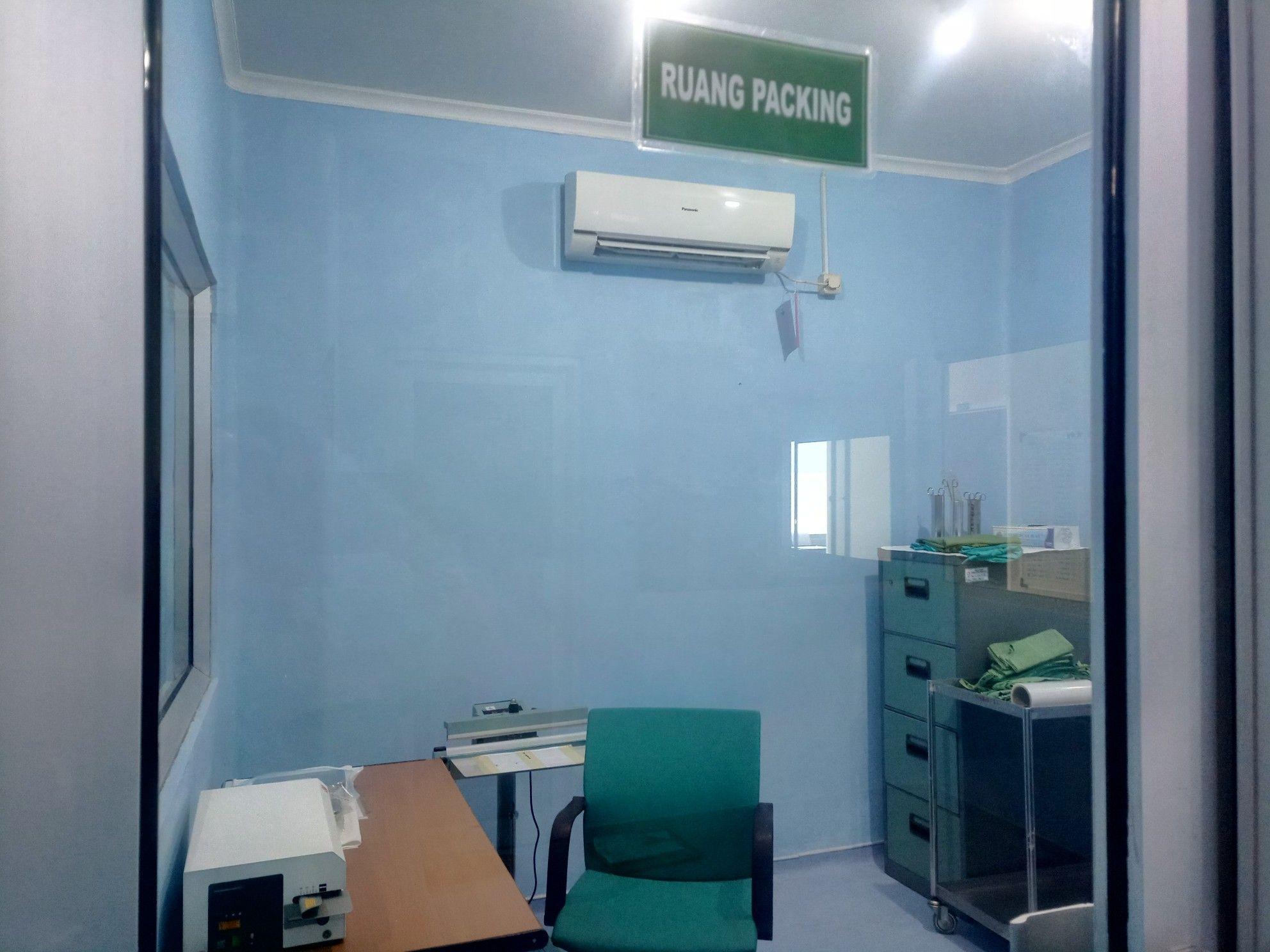 Deskripsi : ruang packing CSSD RSKO Jakarta I Sumber Foto : dokpri RSKO